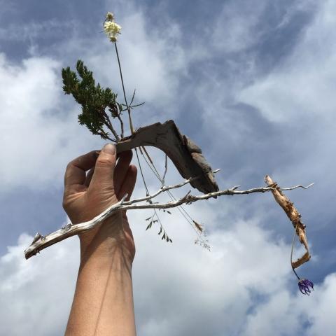 Elisabeth Fux Mattig, in der Landschaft, Luftspielzeuge 1, Foto, 2019